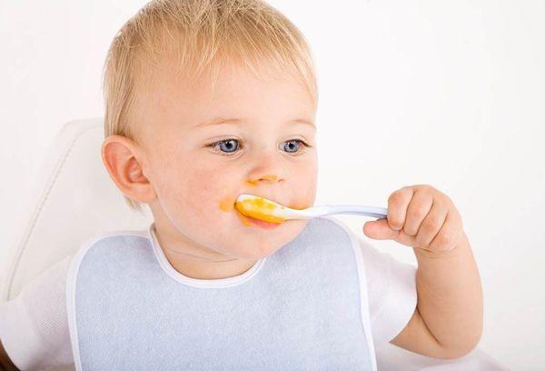 Ребенок ест тыквенное пюре